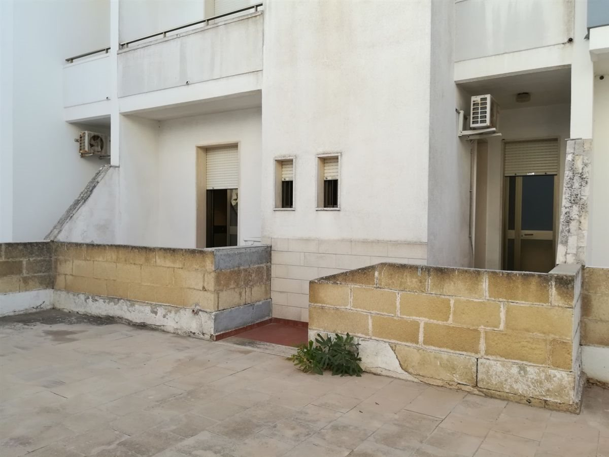 balconi retro con ingresso e posto auto